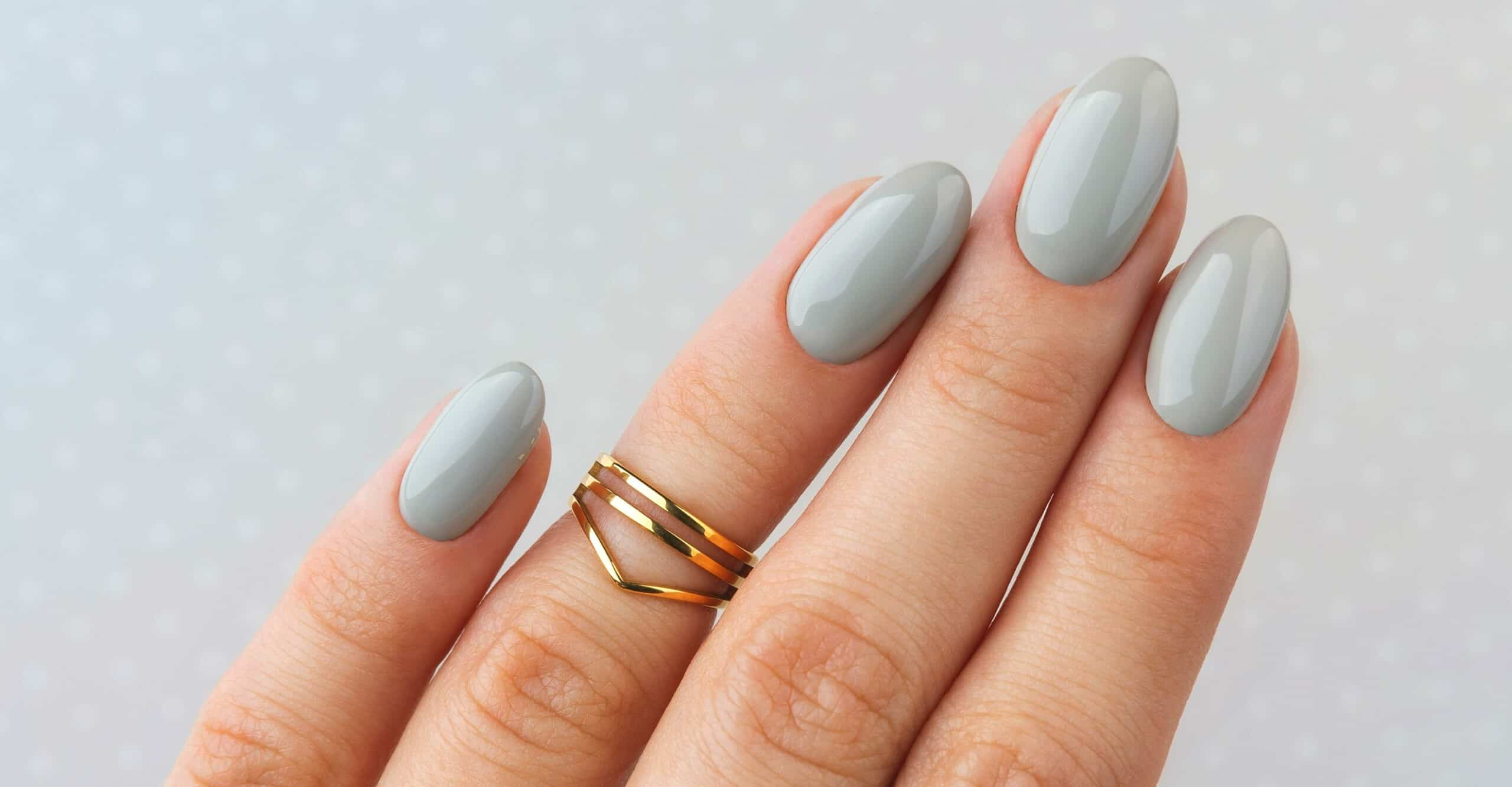grey nailes with rings